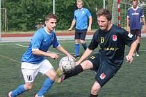 Klatovská liga v malé kopané mužů: Red Dogs Kal (v tmavě modrém) – Fireballs Klatovy 3:2.