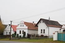 Vesnická památková zóna v Břežanech - náves se selskými statky.