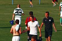 Fotbalový zápas v Hrádku zůstal nedohrán. Na hřišti praskaly kosti.