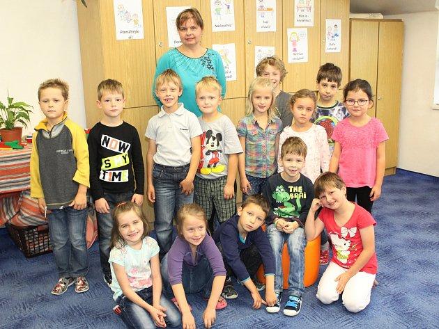 Žáci první třídy ze Šafránkovy ZŠ Nalžovské Hory střídní učitelkou Lucií Koudelkovou.