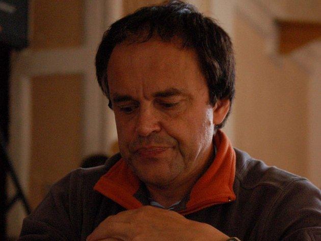 Cestu za obhajobou loňského prvenství si hned v prvním kole šachového turnaje O pohár města Klatov remízou zkomplikoval favorizovaný Josef Juřek z Plzně.