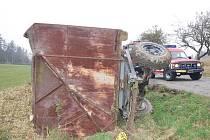 Traktoristu málem rozmačkal valník