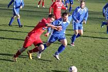 Fotbalisté klatovského béčka (na archivním snímku hráči v červených dresech) skončil v béčkové skupině I. B třídy čtvrtí.