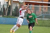 Fotbalisté Klatov (v bílém) porazili doma v předkole Poháru České pošty Rokycany 2:1.