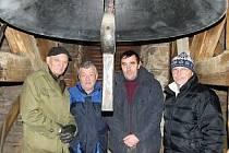 U zvonu zleva František Moser, Karel Lukeš, Petr Koucký a Václav Burda .