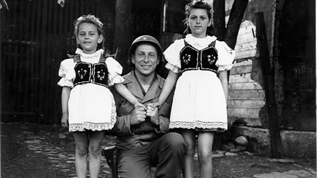 Major John M. Merzweiler z velitelské roty 150. ženijního praporu v Sušici. Doma měl stejně starou dceru a jeden kroj jí přivezl. Později ho nosila i jeho vnučka.