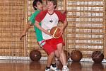 Ve skupině B okresního přeboru v basketbale středních škol a učilišť porazili studenti Obchodní akademie Klatovy (světlé dresy)  Integrovanou střední školu Klatovy 17:10