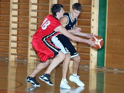 Překvapivým vítězstvím 70:63 hostů z plzeňské Lokomotivy (černé dresy) skončilo  extraligové derby utkání  basketbalových kadetů U16  na palubovce  TJ Klatovy.
