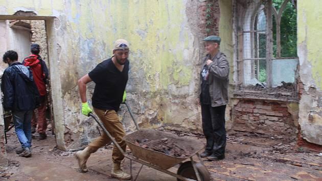 Zachránit polorozbořený zámeček ve Veselí u Janovic nad Úhlavou je hlavním cílem nadšenců, kteří kvůli tomu založili i spolek s názvem Tvrz Veselí. Snaží se o jeho obnovu a i letos jim na pomoc přišli dobrovolníci. Ti na zámku už pracují téměř čtrnáct dní