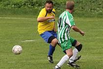 Snímek ze zápasu Velhartice (zelenobílý dres) vs. Velké Hydčice (ve žlutém).