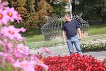 Vedoucí správy městské zeleně Peter Pošefka ukazuje poničené záhony od vandalů v centru města