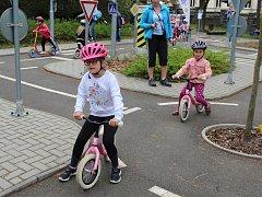 Děti ze školky se učily dopravní výchovu.