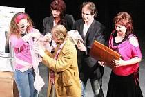 Divadelní spolek Za Oponou při Stálé divadelní scéně Klatovy uvedl novou premieru – Matčinu náruč od Evy Krausové.