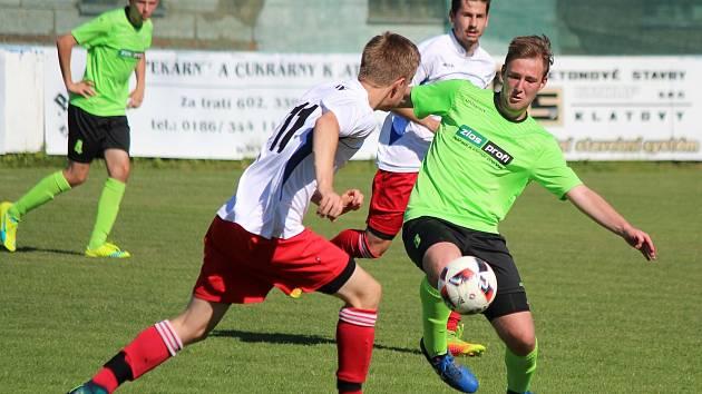 Klatovští fotbalisté (na archivním snímku hráči v modrých a bílých dresech) se utkali s týmem SKP České Budějovice. Starší dorostu vyhrál 2:1, borci do 17 let prohráli.