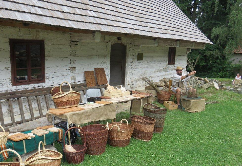 Pan Pikal předvádí výrobu pletení z proutí.