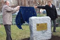 Starosta města Klatov Rudolf Salvetr  (vlevo) a generální ředitel akciové společnosti SMP CZ Martin Doksanský včera slavnostně odhalili u kruhového objezdu u Lidlu desku, která bude připomínat akci Klatovy - čisté město