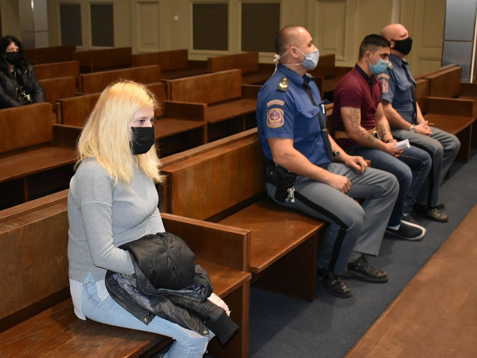Marie Rykrová se s Romanem Adámkem sešla u soudu. V lednu se jim narodí dítě, shodně jim hrozí 10 let vězení.