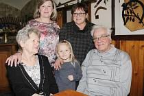 Manželé Koglerovi s dcerami a pravnučkou Adélkou.