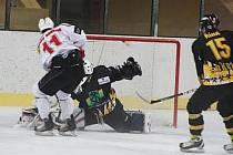 Hokejisté SHC Maso Brejcha Klatovy porazili doma v prvním přípravném zápase Baník Sokolov 7:4. Na snímku je uprostřed klatovský kapitán Jiří Maxa.