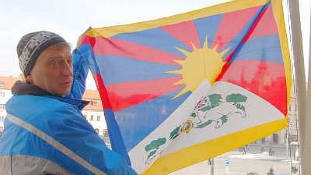 Na klatovské radnici  tibetskou vlajku vyvěsil  správce budovy radnice Josef Frič.