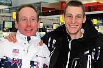 Martin Jakš (vpravo) pózuje  ještě před odletem s kolegou z reprezentace a českou jedničkou Lukášem Bauerem.