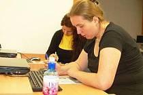 Maminkám po mateřské dovolené usnadňuje návrat do práce Job klub, na kterém se například naučí sestavit svůj životopis.