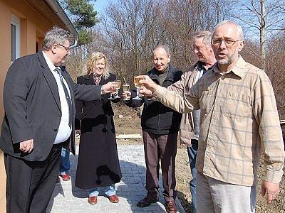 Nové sociální zařízení na fotbalovém  hřišti otevřeli v úterý odpoledne  v Pačejově.  Slavnostního aktu se zúčastnili nejen zástupci tamních sportovců a  investora, kterým byla obec.