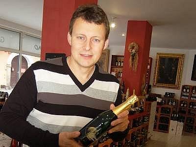 Klatovy se mohou pochlubit  novým sektem  Černá věž. Na snímku ho představuje generální ředitel Galerie Víno v Klatovech Marcel Winter.