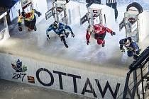 Red Bull Crashed Ice v Ottawě 2017: Václav Kosnar z Klatov jede v červeném dresu