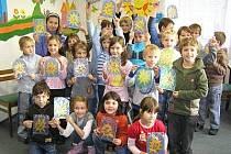 Do akce Den pro dětskou knihu se zapojila i kolinecká knihovna. Děti z kolinecké ZŠ ve středu malovaly hedvábné vitráže (na snímku), v pátek v kolinecké knihovně začíná výstava výtvarných prací Děti malují Vánoce, která potrvá až do konce prosince.