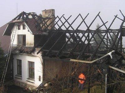 Z budovy moc nezbylo, naštěstí se podařilo zachránit sousední dům.