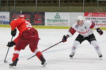 Klatovy (bílé dresy) byly v zápasu se Žďárem nad Sázavou šťastnějším týmem a vyhrály 2:1