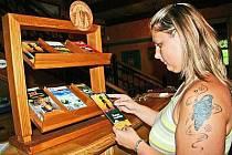 Nové stojany si Správa NP a CHKO Šumava vyrobila sama a turisté v nich najdou její propagační materiály.
