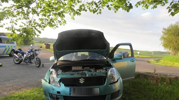 Ve čtvrtek v podvečer srazila řidička u Srbic motorkáře.