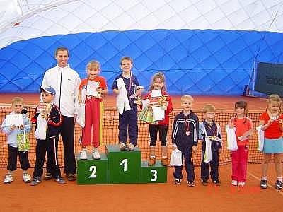 Na snímku jsou zleva F. Cupl, V. Časta, trenér M. Janoušek, na stupních vítězů druhá A. Šimková, vítěz L. Janoušek, třetí E. Kurcová, dále J. Vild, K. Ruža, K. Simsonová, K. Kučerová.
