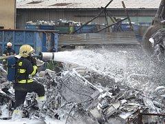 Požár ve sběrném dvoře. Zasahovalo dvanáct jednotek hasičů