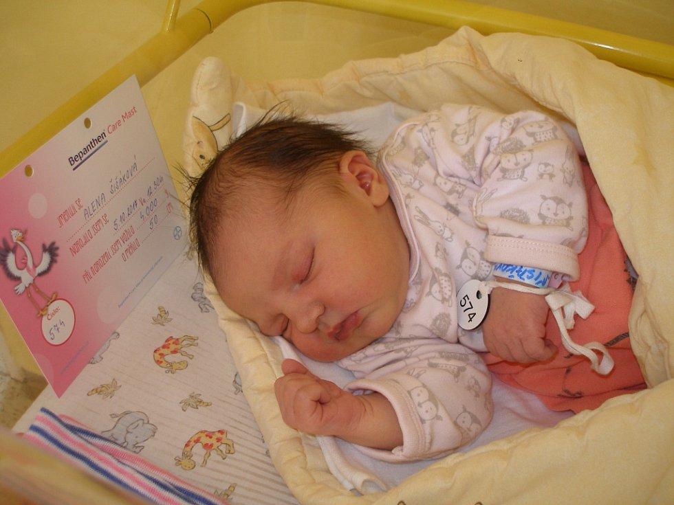 Alena Šišáková přišla na svět 5. října 2017 s váhou 4000 gramů a výškou 50 centimetrů. Doma v Zásmukách se na ni těšili maminka Kamila, tatínek Luděk a sestřička Klárka (6).