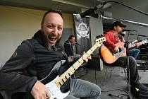 Hlavní hvězdy sobotního festivalu Southern Rock & Blues zahrály už v pátek na terasách za kolínským Městským společenským domem.
