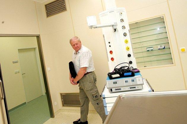 Josef Vokoun si prohlíží operační sál, na který se chystá s operací kolene.