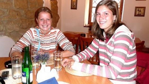 Čtrnáctiletá Martina Zimová (sedící vlevo) a  šestnáctiletá Eva Konůbková.