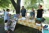 Vkolínském Komenského parku nabízeli lidé věci, které již nepotřebují, ale někomu jinému mohou ještě posloužit.
