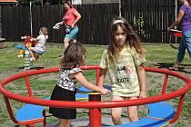 Děti v Žehuni si užívají nové hřiště.