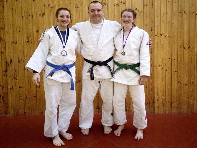 Aneta Holečková (vlevo), trenér Břetislav Olexa a Nela Benešová.