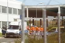 Zaměstnanci společnosti TPCA v průmyslové zoně Kolín - Ovčáry při nácviku evakuace.