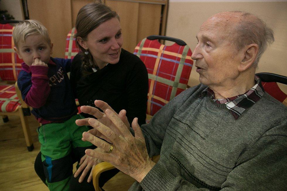 Vánoční setkání dětí a obyvatel domova důchodců.