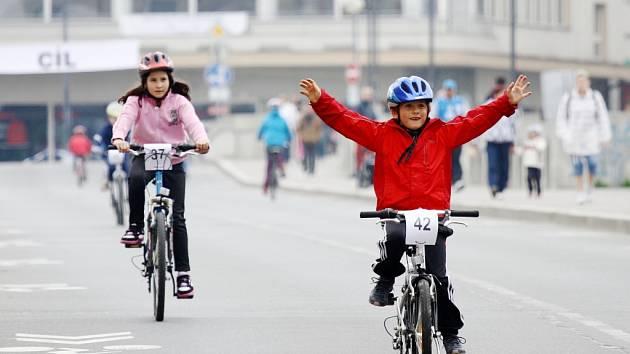 Cyklistický závod přes Starý most