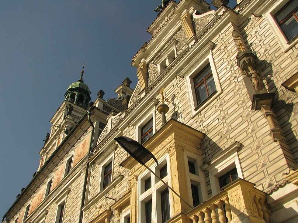 Černý prapor na kolínské radnici vyvěšený na památku zesnulého bývalého starosty města Miroslava Kaislera.