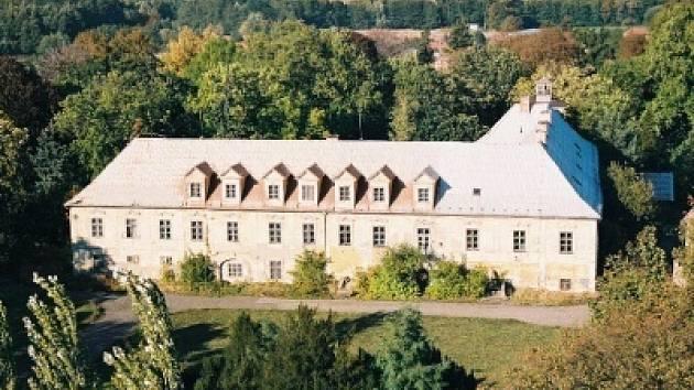Barokní zámek byl v roce 1948 znárodněn a dlouhá léta sloužil jako armádní dílny. Od roku 1993 jej však vojáci opustili a objekt chátral.