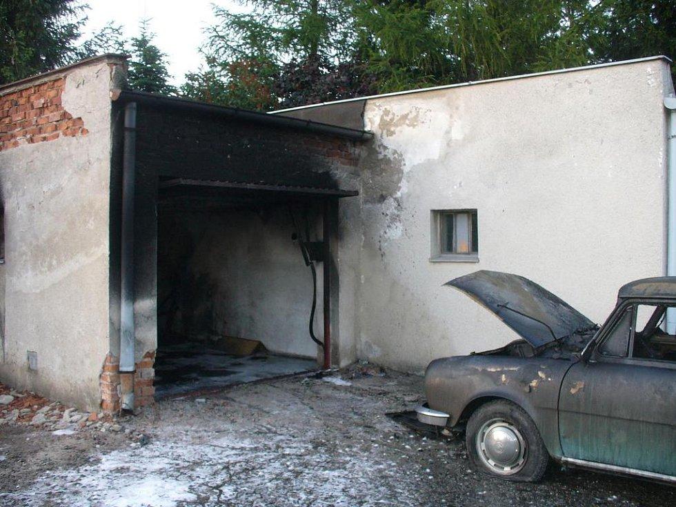 Požár řadové garáže v Kolíně.