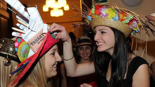 V kurzech se tančilo v netradičních kloboucích a čepicích